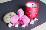 Fleur d'orchidée, pierres blanches, photophore et galet