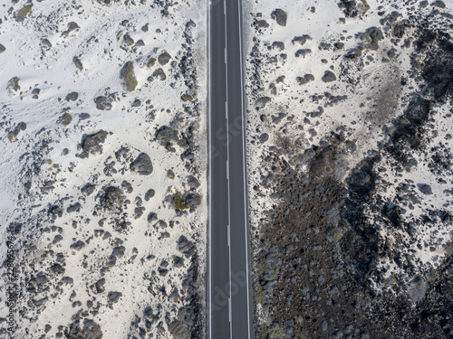 Vista aerea di una strada che attraversa il deserto, sabbia e dune, Lanzarote, Isole Canarie, Spagna, Africa