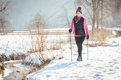 Kobieta na szlaku na zimowe wędrówki w słoneczny krajobraz