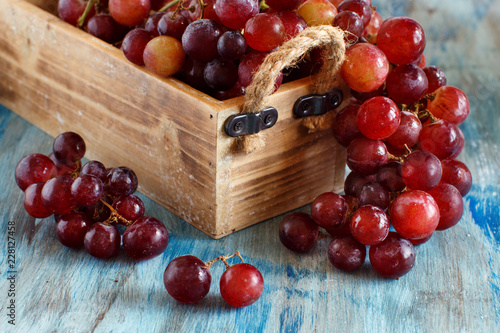 Foto Murales Grapes in a wooden box