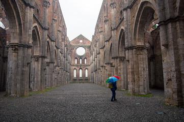 Interno di San galgano sotto la pioggia