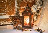 Laterne vor der Haustüre zu Weihnachten - 228204608