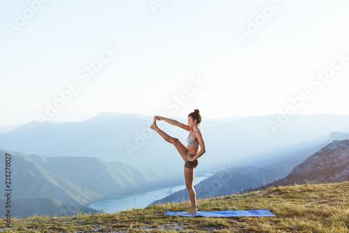 Dziewczyna ćwiczy ashtanga out w naturze