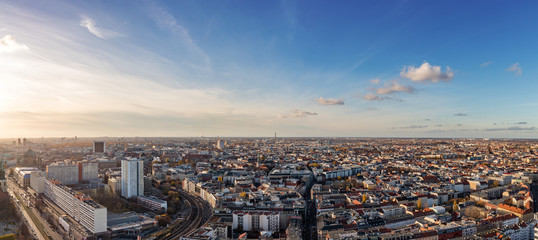 Berlin City Skyline Panorama mit blauen Himmel © Robert Kneschke