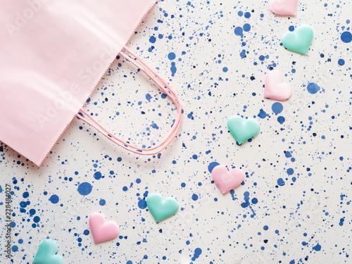 Pastelowego koloru serca i różowy torba na zakupy tło. Walentynka dnia matki macierzysta prysznic, urodzinowy pojęcie