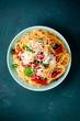 spagetti mit tomaten auf blauen untergrund