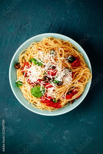 Poster spagetti mit tomaten auf blauen untergrund