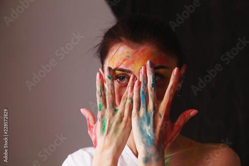 Portret piękna dziewczyna z kreatywnie sztuki makeup z jaskrawymi kolorami. Pojęcie piękna.