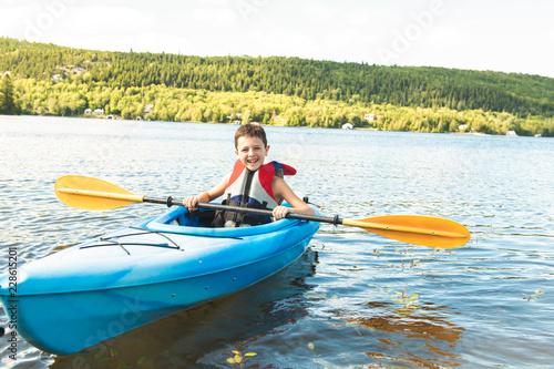 Letnie wakacje Portret wszystkiego najlepszego z okazji cute boy kajaki na rzece