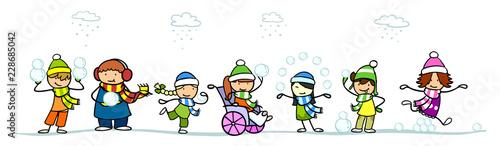 Kinder werfen Schneeball im Schnee im Winter - 228685042
