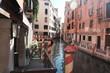 Rotweise Pfosten in Venedig