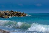 Wellen des türkisen Meeres am Strand mit Wellenbrecher - 228982687