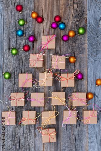 Weihnachtsbaum aus Geschenken mit Deko Kugeln - 229044041