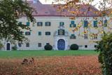 Schloss Sierndorf in Österreich im Herbst