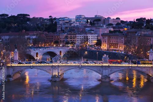 Widok Tiber rzeka z mostem przy zmierzchem, Rzym