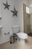 cuarto de baño blanco con estrellas en la pared - 229087218