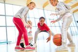 Gruppe Kinder bei einem Basketball Spiel