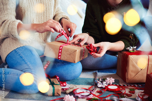 Leinwanddruck Bild Two friends preparing christmas presents for Christmas
