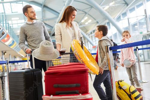 Leinwanddruck Bild Familie und zwei Kinder im Flughafen Terminal