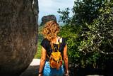 Jeune femme dans la nature avec son sac à dos au Sri Lanka