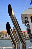 Fototapeta London - Żuraw portowy i infrastruktura na nabrzeżu. © W Korczewski