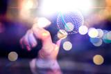 Fondo de concierto y concepto musical. Fondo de música en vivo. Micrófono y luces de escenario para karaoke y concepto de cantar - 229328631