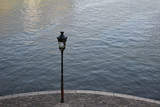 Réverbère sur les quais de Seine à Paris - 229347255