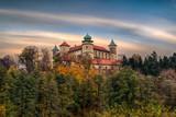 Zamek w Wiśniczu – zamek położony na zalesionym wzgórzu nad rzeką  we wsi Stary Wiśnicz, Polska - 229411872