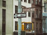semaforo y carteles indicadores de Broadway en el barrio historico de Tribeca, en Nueva York, Estados Unidos
