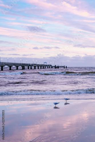 Leinwanddruck Bild Kurz vor Sonnenaufgang am Ahlbecker Strand mit Seebrücke