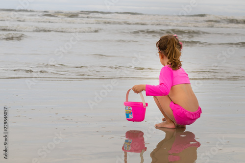 Criança na Praia - 229646057