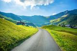Górski krajobraz z domkiem i drogą