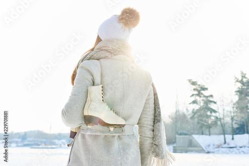 Leinwanddruck Bild Frau mit Schlittschuhen macht Spaziergang
