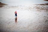 Mujer paseando descalza por la playa - 229797676