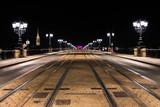 Pont de pierres à Bordeaux, la nuit.