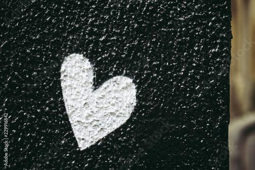 Coeur blanc sur fond noir - 229916842