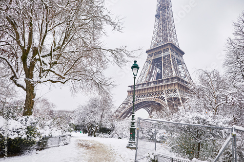 Foto Murales Scenic view to the Eiffel tower on a day with heavy snow