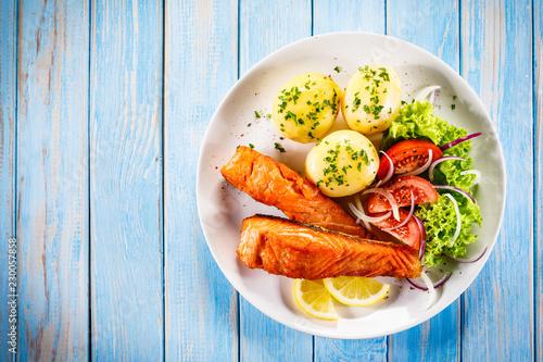 Leinwandbild Motiv Grilled salmon with boiled potatoes, asparagus and vegetable salad