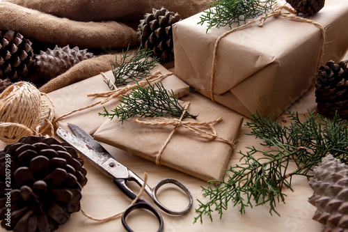 Bożenarodzeniowa prezent paczka z nieociosanym tłem