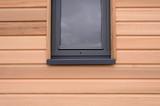 fenêtre sur une maisonnette en bois - 230189470