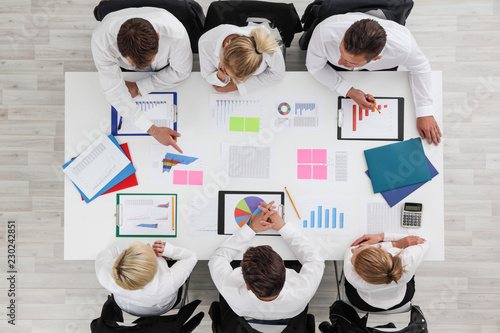 Wall mural Business people work with statistics