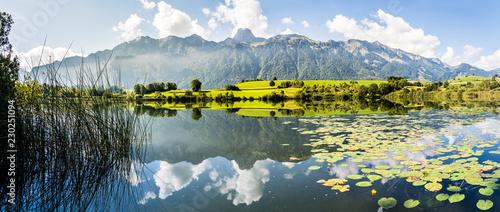 Leinwanddruck Bild Stockhornkette und Amsoldingersee, Gürbetal, Kanton Bern, Panorama Berner Alpen, Schweiz
