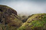 Schlucht mit Wolken in den Bergen auf Teneriffa