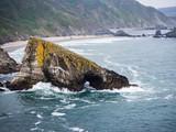 Detalle de roca agujereada dentro del mar en Loiba , La Coruña, España, verano de 2018 - 230297047