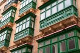 Hausfassaden in Valletta Malta mit grünem Erker - 230377020