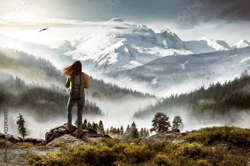 Wanderin vor malerischer Landschaft - 230406840