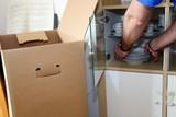 Umzug: Porzellan wird verpackt  - 230428601