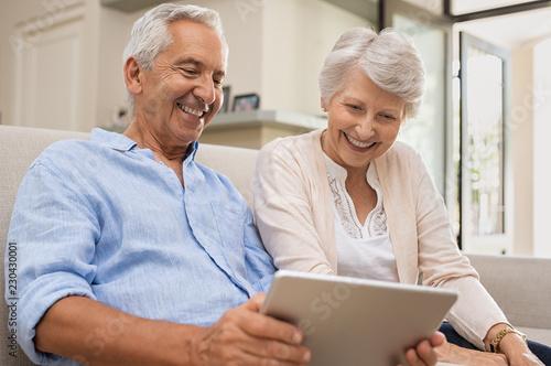 Leinwanddruck Bild Seniors using digital tablet