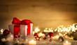 Leinwanddruck Bild - Weihnachten Hintergrund mit Geschenk und rotem Band, Kerzen, Lichterkette, Weihnachtsdeko und Schnee