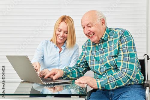 Leinwanddruck Bild Senior hat Spaß in einem Computerkurs